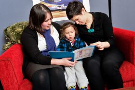 Mother, Child, Aunty telling stories in Assoc Prof Elaine Reese's Research Lab