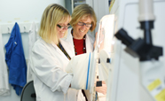 Gabi Dachs and Margreet Vissers in the lab_thumbnail