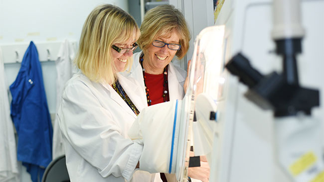 Gabi Dachs and Margreet Vissers in the lab